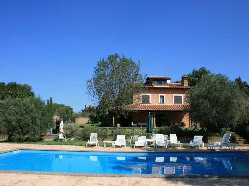 Villa Iris, sleeps 14, private pool, walk to village, accessible to Rome