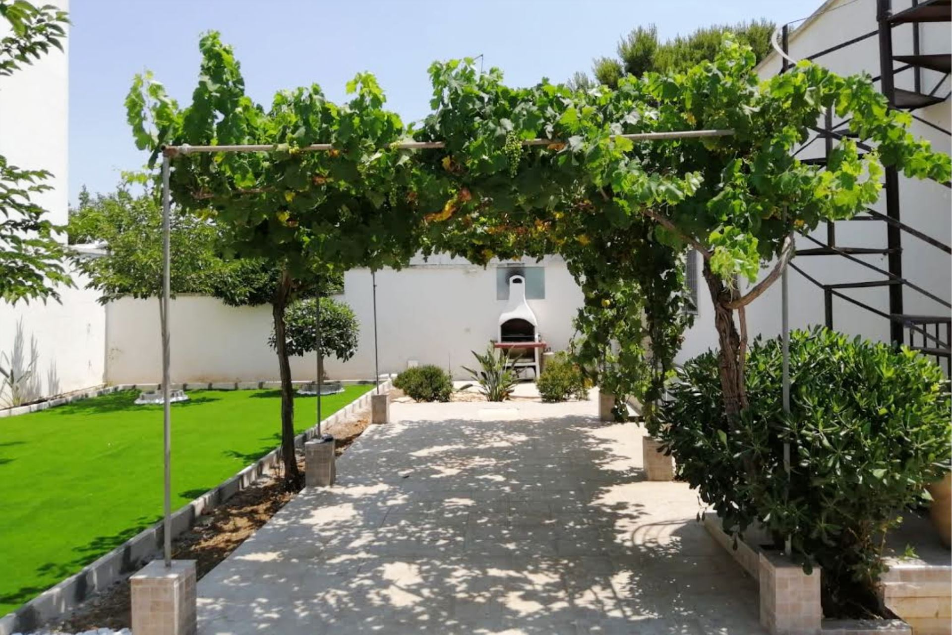 Villa Kalisi, villa nuova con giardino a Torre Lapillo